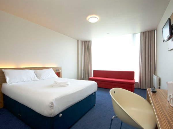 Travellodge Limerick bedroom